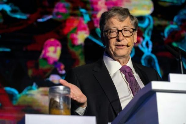 US-Milliardär Bill Gates mit einem Glas Kot in Peking